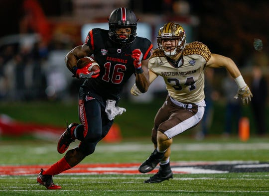 Ball State's KeVonn Mabon runs the ball as Western Michigan's Alex Grace gives chase in 2016.