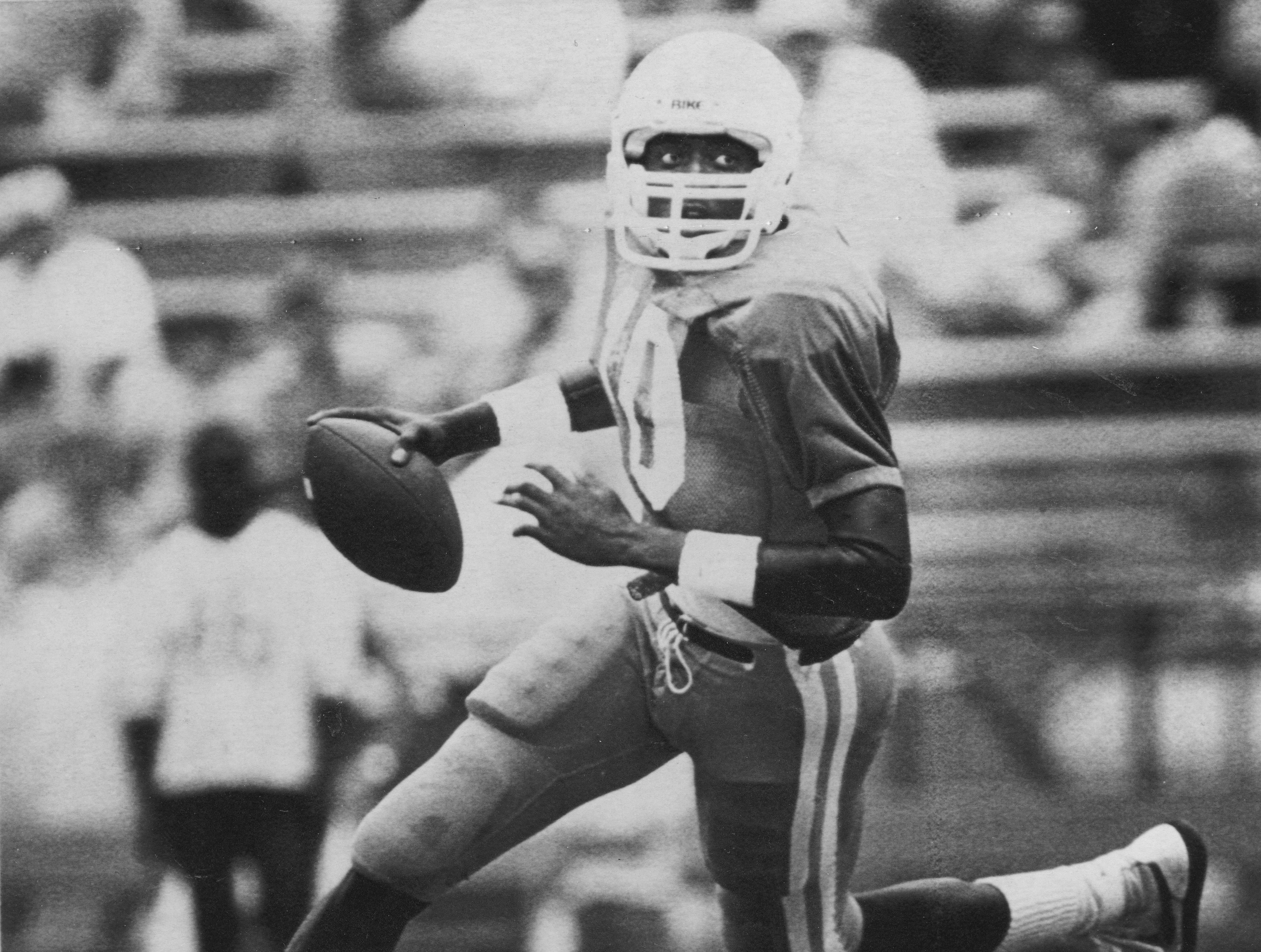 Tennessee Vols quarterback Tony Robinson (70) eludes pursuers in the annual Orange and White game played in Neyland Stadium on April 27, 1985.