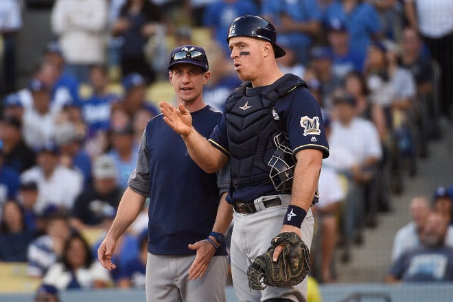 Catcher Erik Kratz avoided arbitration and  signed a one-year deal with the Brewers.