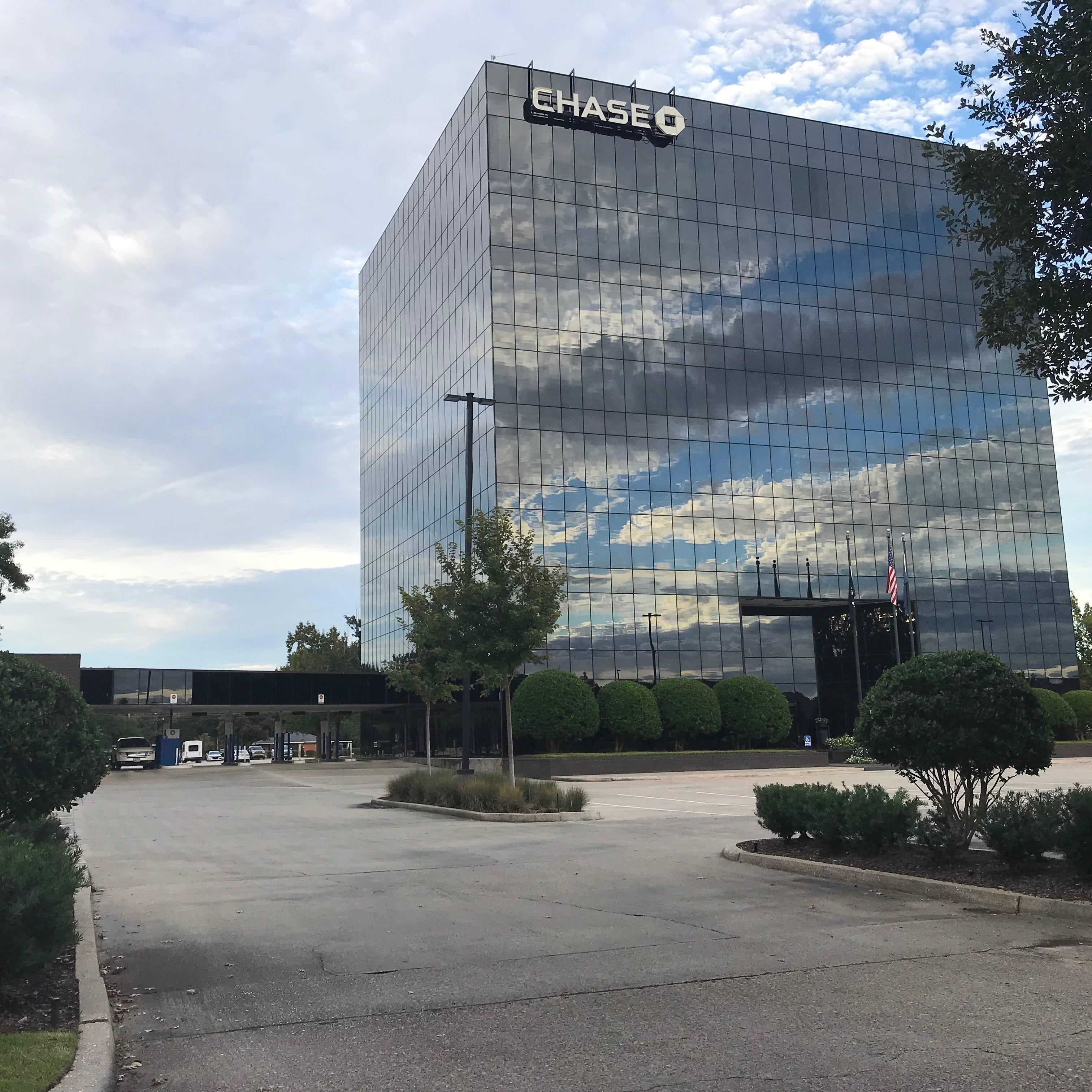Chase closing banks at Premier Plaza, Cypress Street