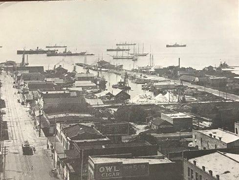 Downtown Pensacola looking toward South Palafox and Baylen Street around 1905.