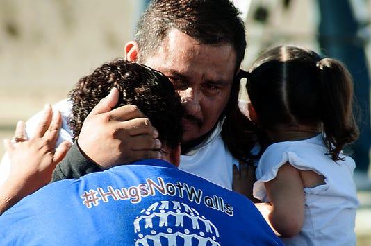 Familias Separadas Se Abrazan En Una Frontera Que Desaparece Por Tres Minutos
