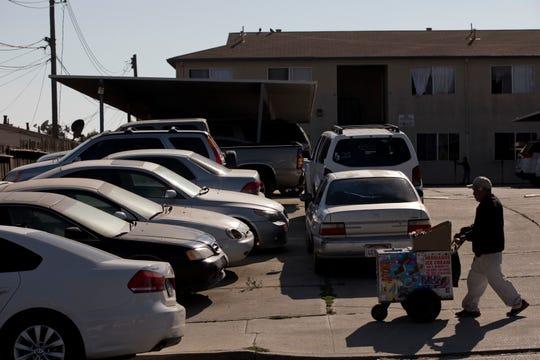 En esta foto del jueves 6 de septiembre de 2018, se ven autos en doble fila en el estacionamiento de un complejo de departamentos en Salinas, California. Salinas es un lugar accesible en comparación con Silicon Valley, donde los precios promedio de las viviendas son de alrededor de $1 millón, pero con una población menos acaudalada y un precio promedio por vivienda que ha subido a alrededor de $550,000, es uno de los lugares menos accesibles para vivir en los Estados Unidos. (Foto de AP/Jae C. Hong)