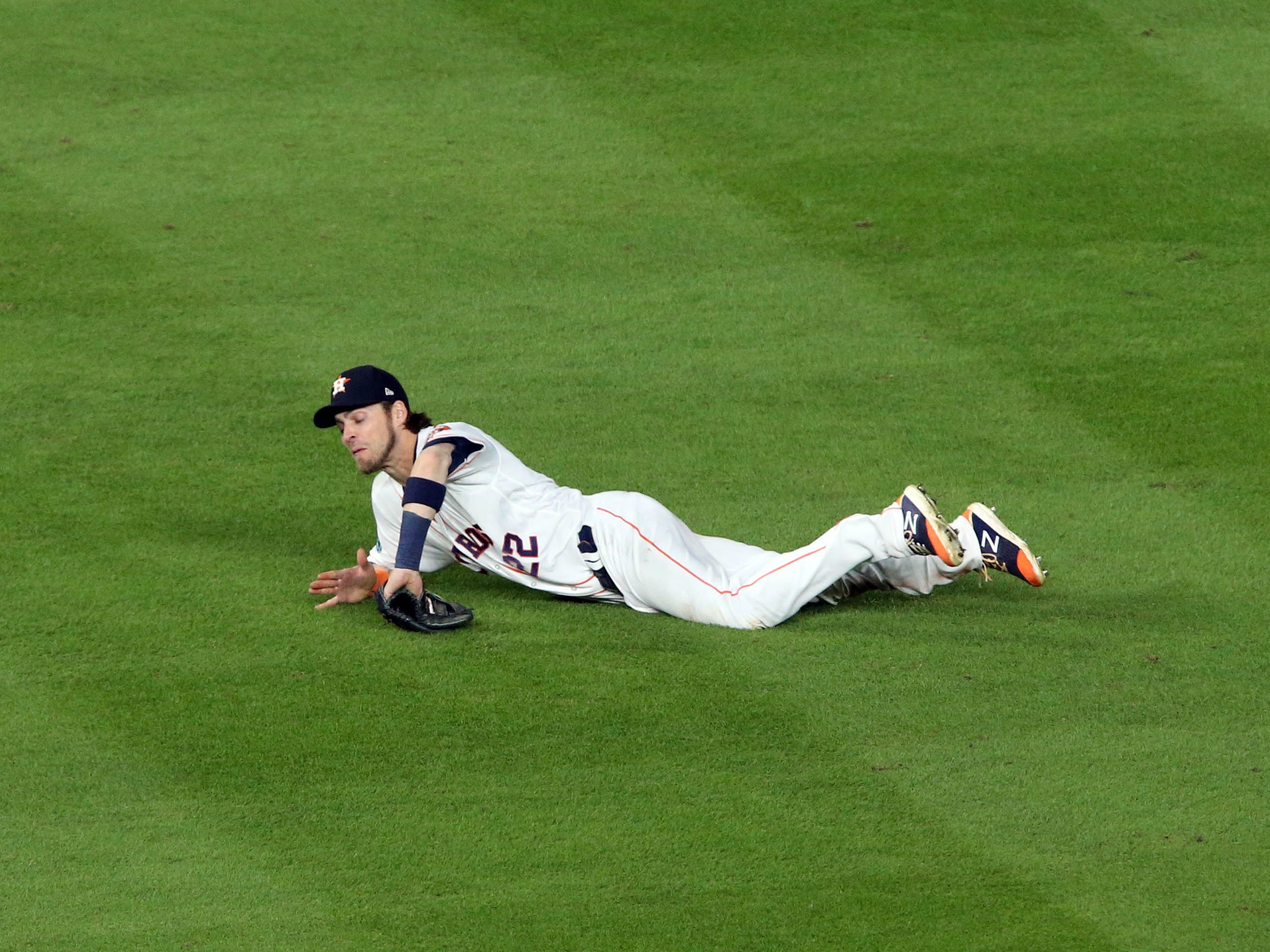ALCS Game 4: Astros right fielder Josh Reddick makes a defensive gem in the ninth inning.