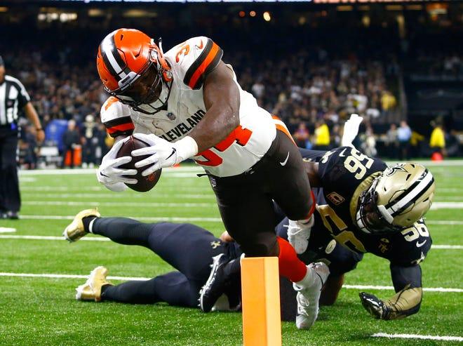 Browns running back Carlos Hyde (34)