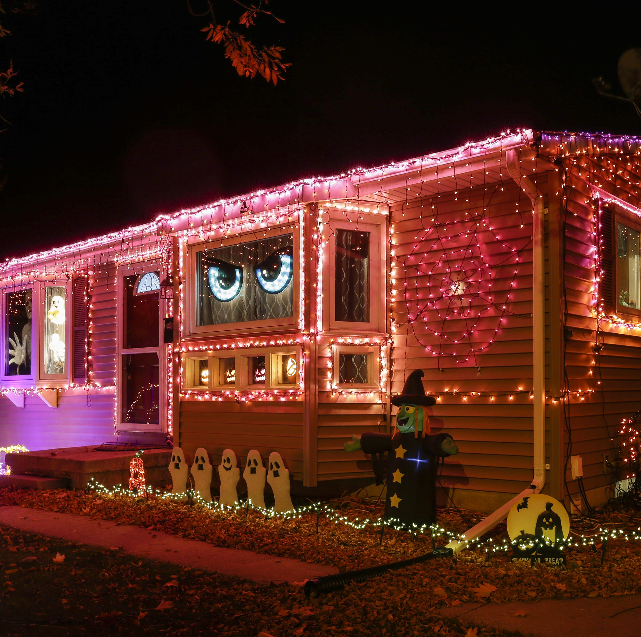 Manitowoc police officer Jeremy Kronforst's holiday lights a Lakeshore tradition