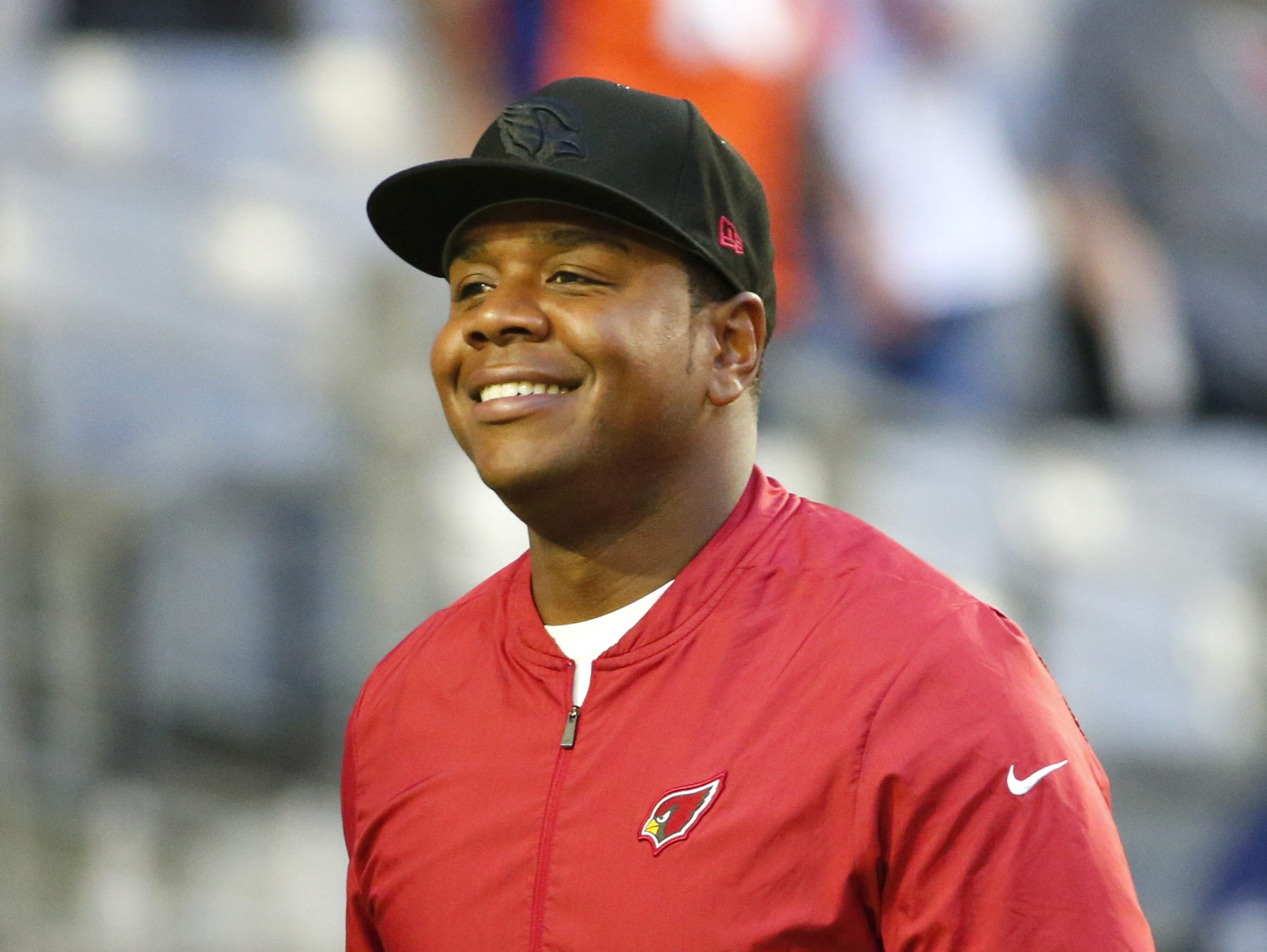 Cardinals quarterback coach Byron Leftwich takes the field during warm ups at State Farm Stadium in Glendale on October 18, 2018.