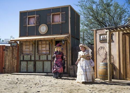 Los actores con Six Gun Entertainment realizan su programa de acrobacias Wild West en Frontier Town en Cave Creek, el martes 9 de octubre de 2018.