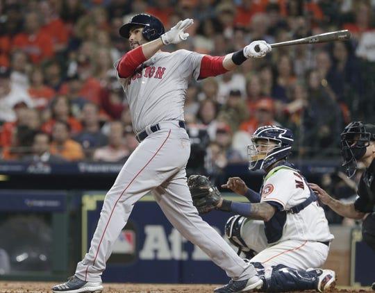 J.D. Martinez de los Medias Rojas en acción ante los Astros el jueves 18 de octubre de 2018, durante un juego de la MLB, entre los Astros de Houston y los Medias Rojas de Boston, en el Minute Maid Park de Houston (EE.UU.).