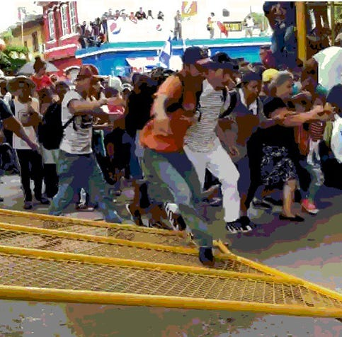 Migrantes de la caravana rompen cerco en Guatemala y van a México