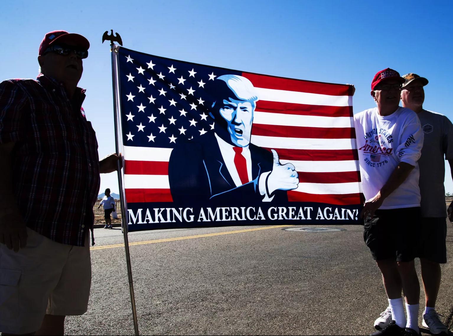 Cientos de simpatizantes del presidente Donald Trump salieron a las calles a mostrar su respaldo el 19 de octubre de 2018, aprovechando la visita del mandatario al Valle del Sol.
