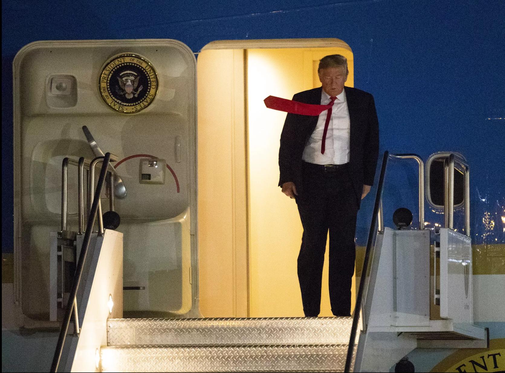 A bordo del avión presidencial 'Air Force One', el presidente Donald Trump aterrizó la noche del jueves 18 de octubre, 2018, en Phoenix, para atender al día siguiente una serie de actividades que culminarán en un mitin en la ciudad de Mesa, Arizona