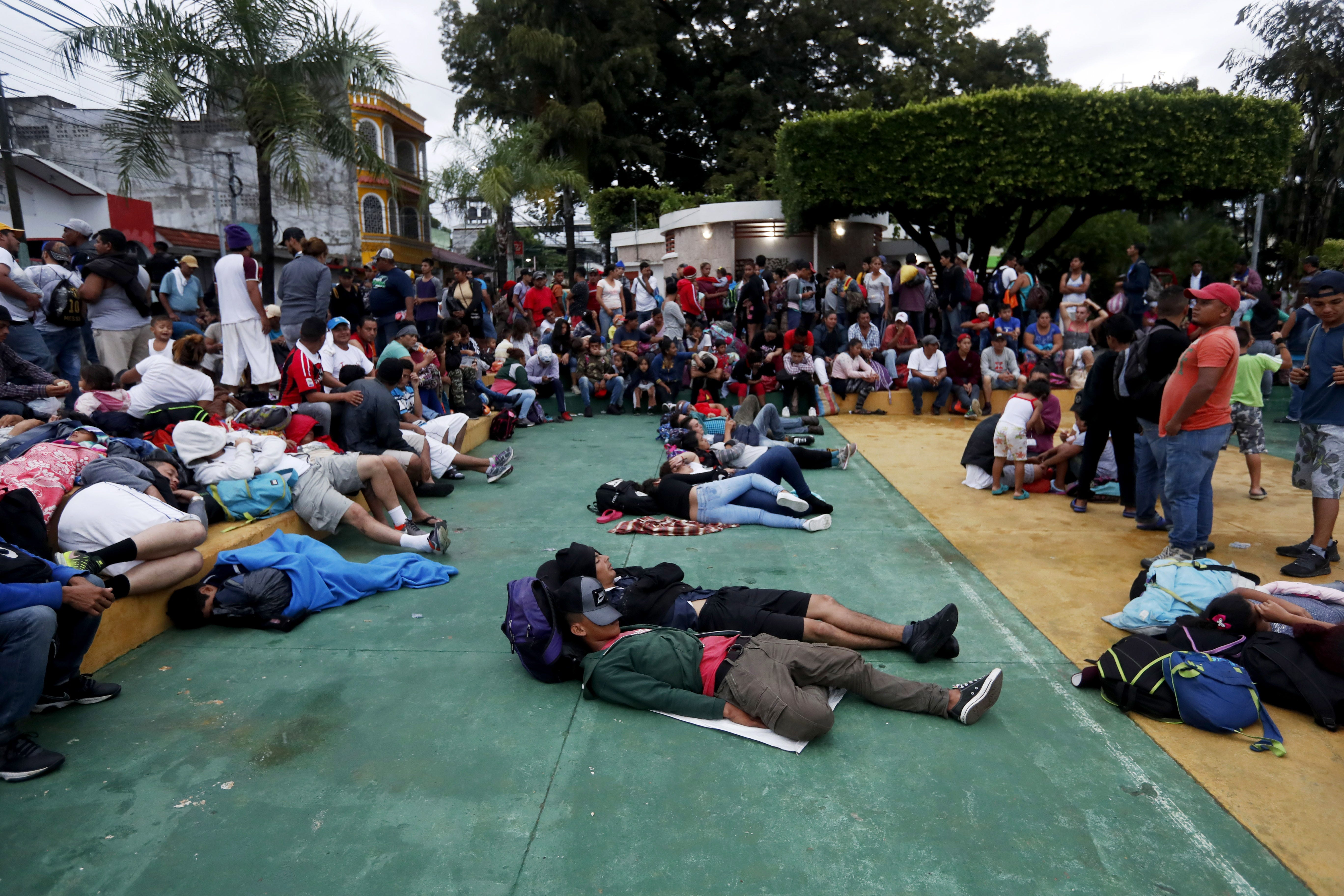 Thousands of caravan migrants stopped at Guatemalan border clash with police | El Paso Times