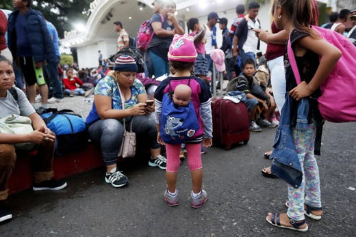 epa07104767 Honduran migrants rest in the Tecun Uman's park in Escuintla, Guatemala, 19 October 2018, before continue their way to Mexico. Migrants, who hope to arrive to the United States to seek better living conditions, slept in an open-air theater and in the Catholic church of Tecun Uman, a few kilometers from the Suchiate River, which divides Guatemala and Mexico, where a group of migrants has already started a new stage of the crossing.  EPA-EFE/ESTEBAN BIBA ORG XMIT: GU502