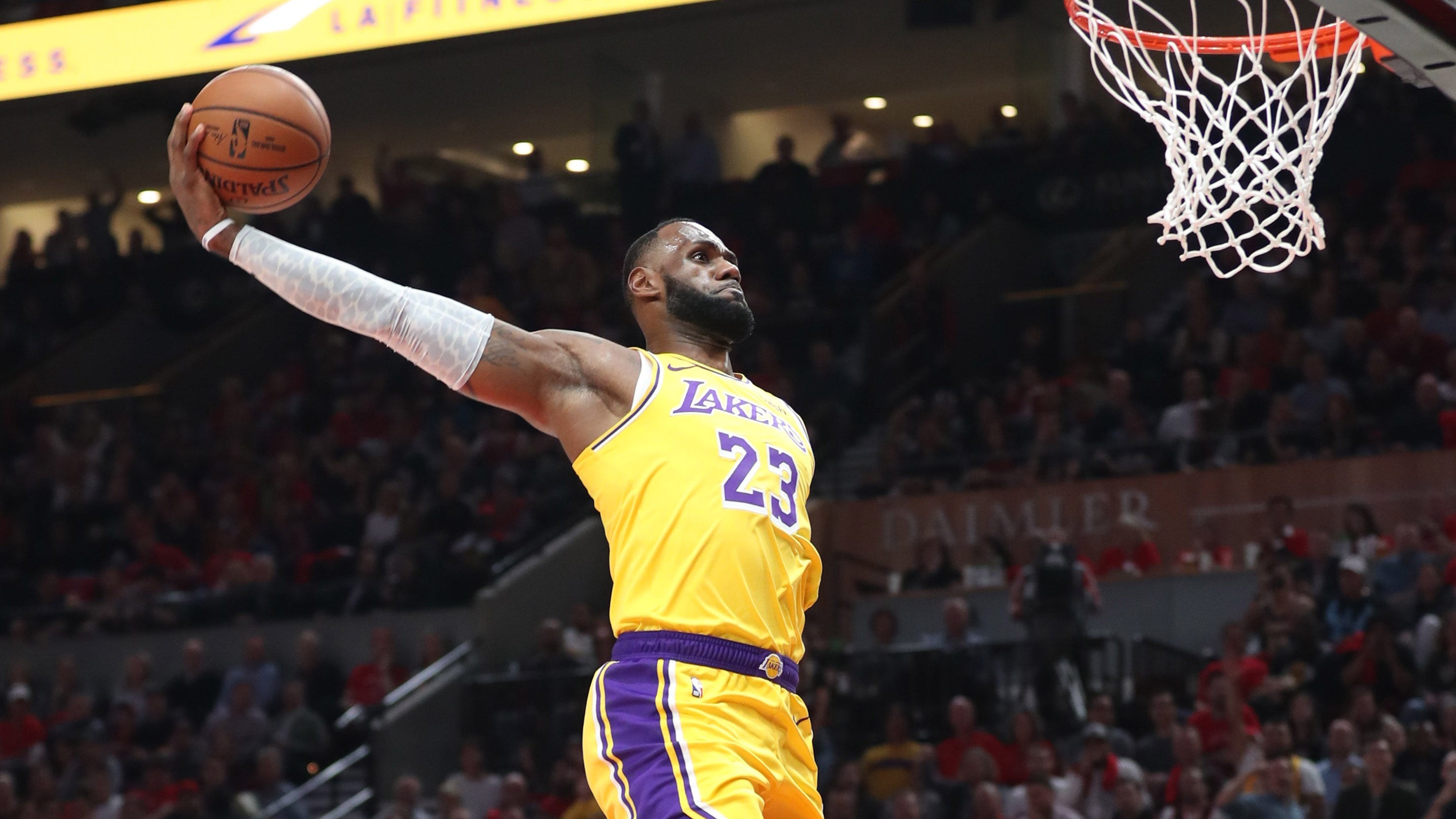 Lebron James Lakers Debut Features Dunks Highlights Team S Weakness