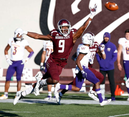 Missouri State's Jordan Murray finds the throw to be a little long against Western Illinois at Plaster Field in Springfield on Oct. 20, 2018.