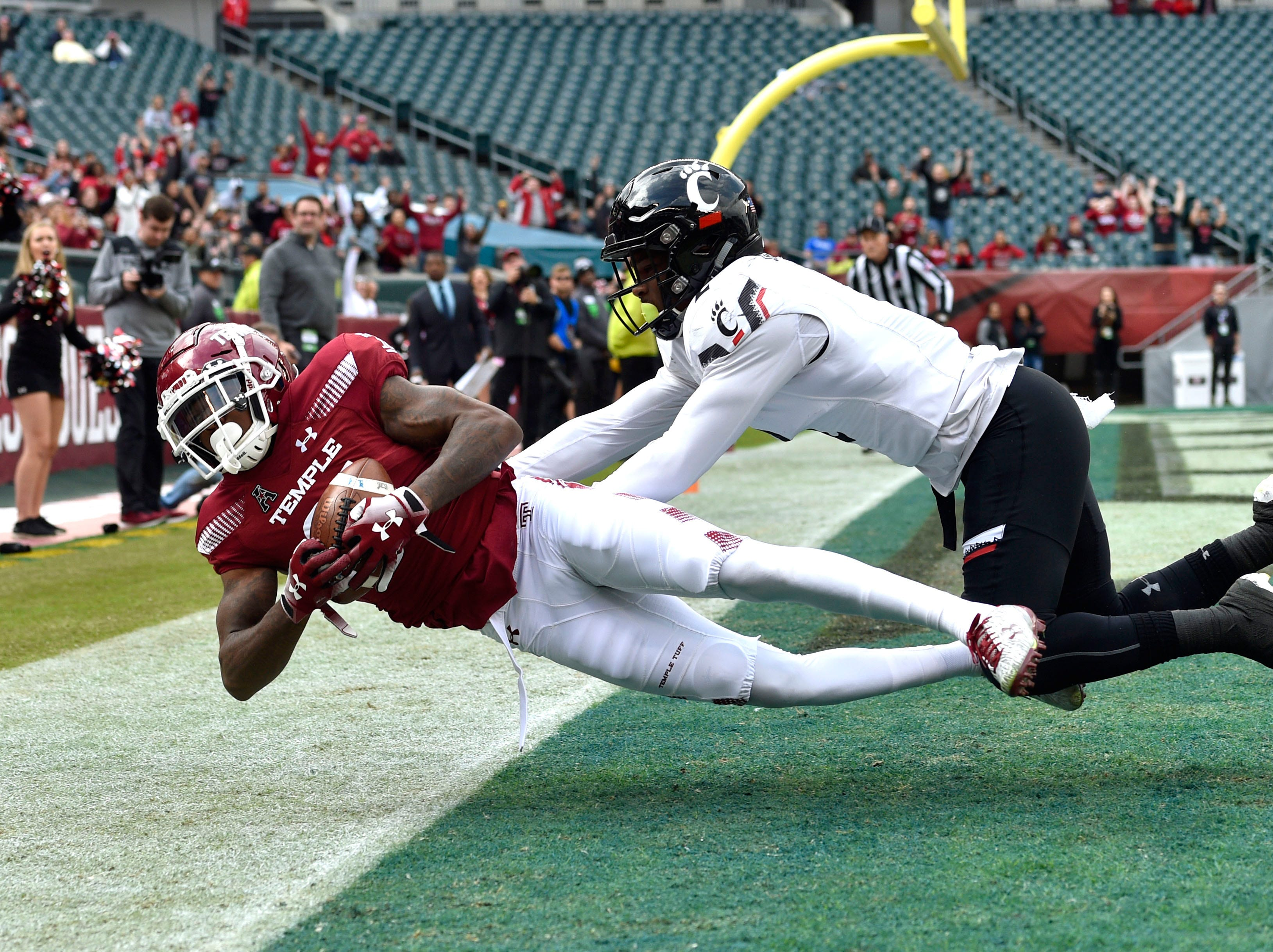 Temple Owls wide receiver Randle Jones (81) catches the ball for a touchdown past Cincinnati Bearcats cornerback Tyrell Gilbert (2) during the first quarter at Lincoln Financial Field.