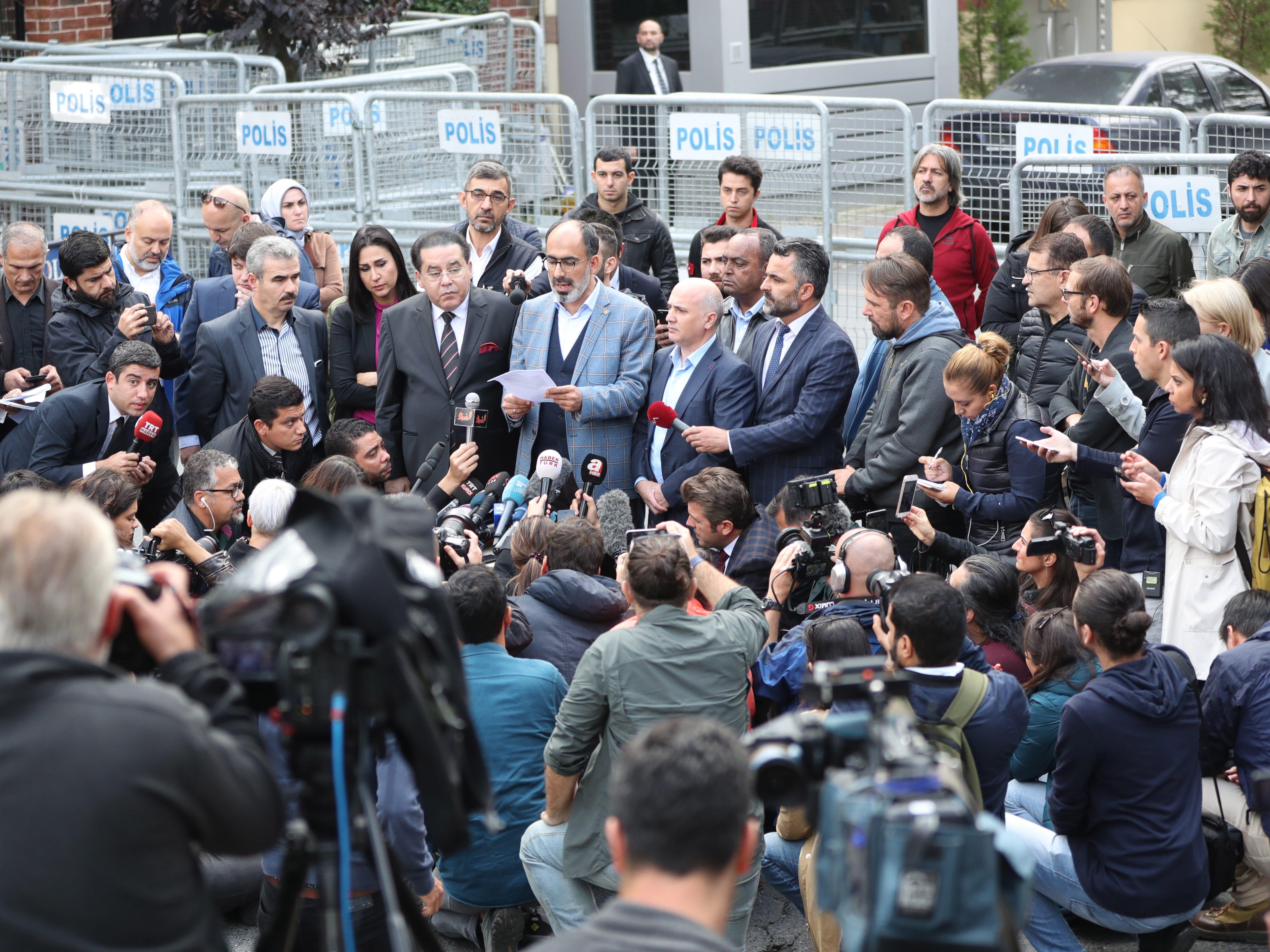 Head of the Turkish - Arab Media Association Turan Kislakci (C) speaks to media in front of the Saudi Arabian consulate in Istanbul, Turkey on Oct. 20, 2018.