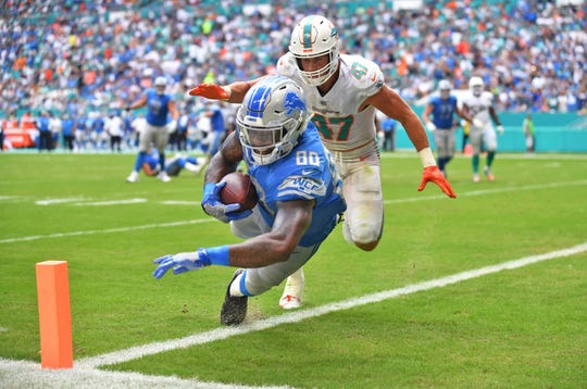 Detroit Lions tight end Michael Roberts scores a touchdown in the third quarter against Miami Dolphins linebacker Kiko Alonso on Sunday, Oct. 21, 2018 at Hard Rock Stadium, Miami Gardens, Fla.