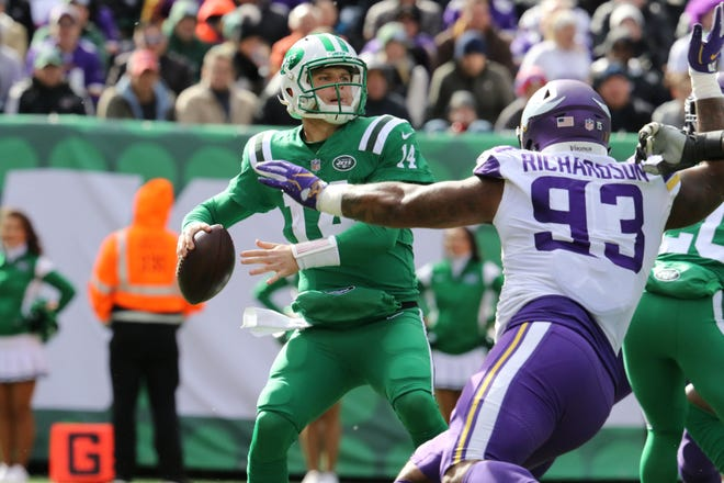 Sam Darnold, of the Jets, gets ready to throw a pass before, Sheldon Richardson, of the Vikings, can stop him. Sunday, October 21, 2018