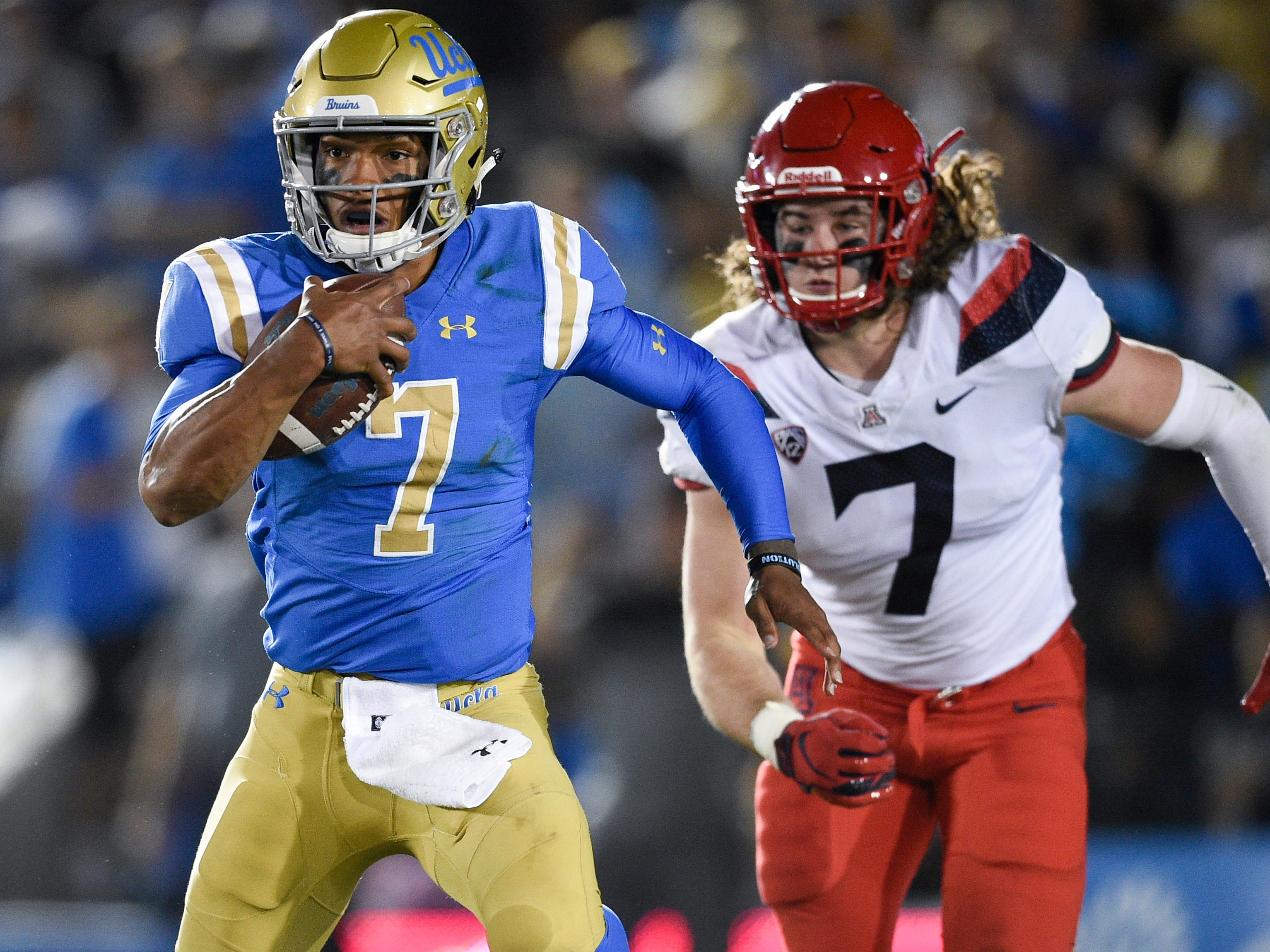 Oct 20, 2018; Pasadena, CA, USA; UCLA Bruins quarterback Dorian Thompson-Robinson (7) runs the ball while under pressure by Arizona Wildcats linebacker Colin Schooler (7) during the first half at Rose Bowl. Mandatory Credit: Kelvin Kuo-USA TODAY Sports