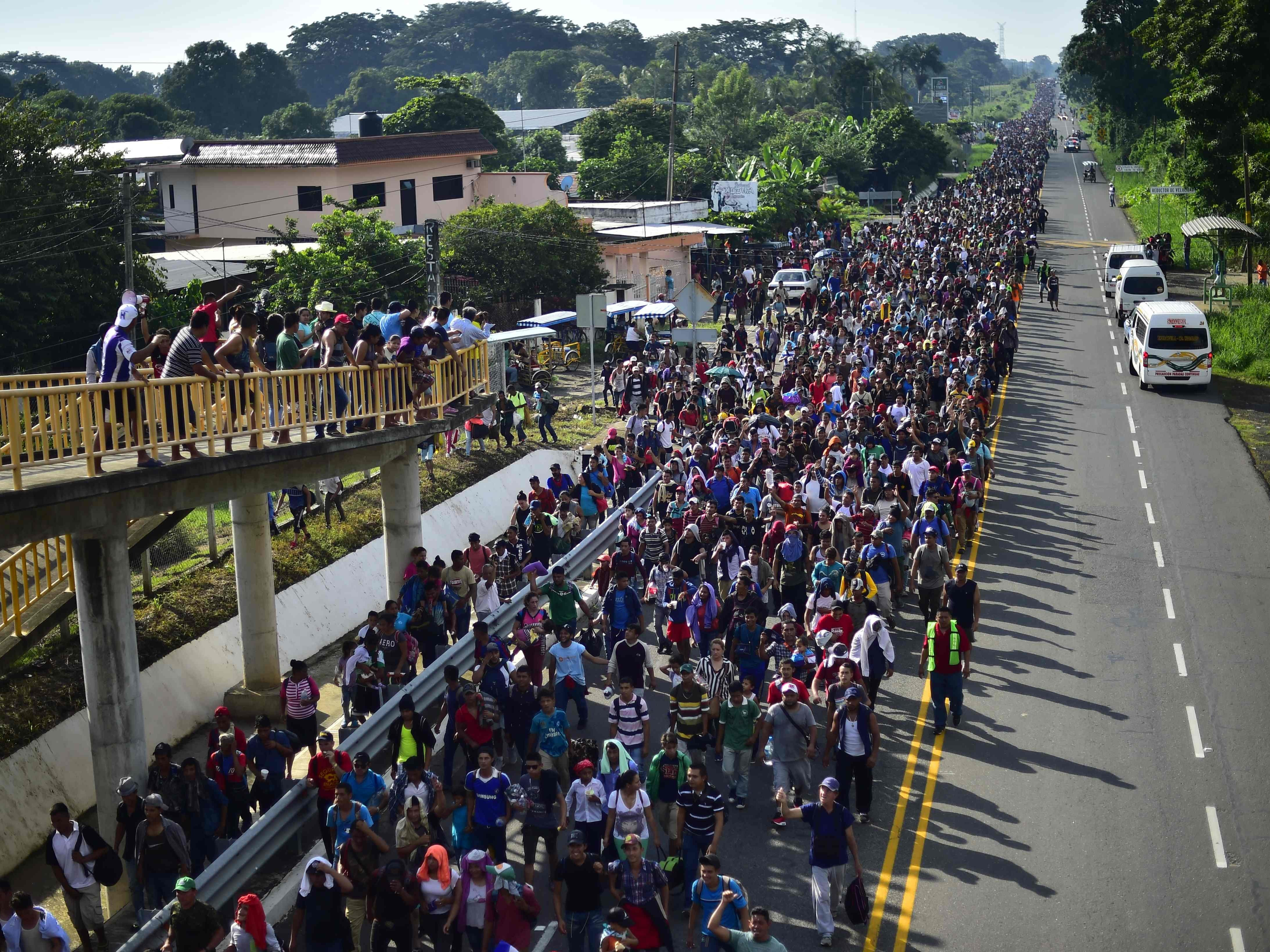 Honduran migrants take part in a caravan heading to the US on the road linking Ciudad Hidalgo and Tapachula, Chiapas state, Mexico, Oct. 21, 2018.Thousands of Honduran migrants resumed their march toward the United States on Sunday from the southern Mexican city of Ciudad Hidalgo, according to news reports.