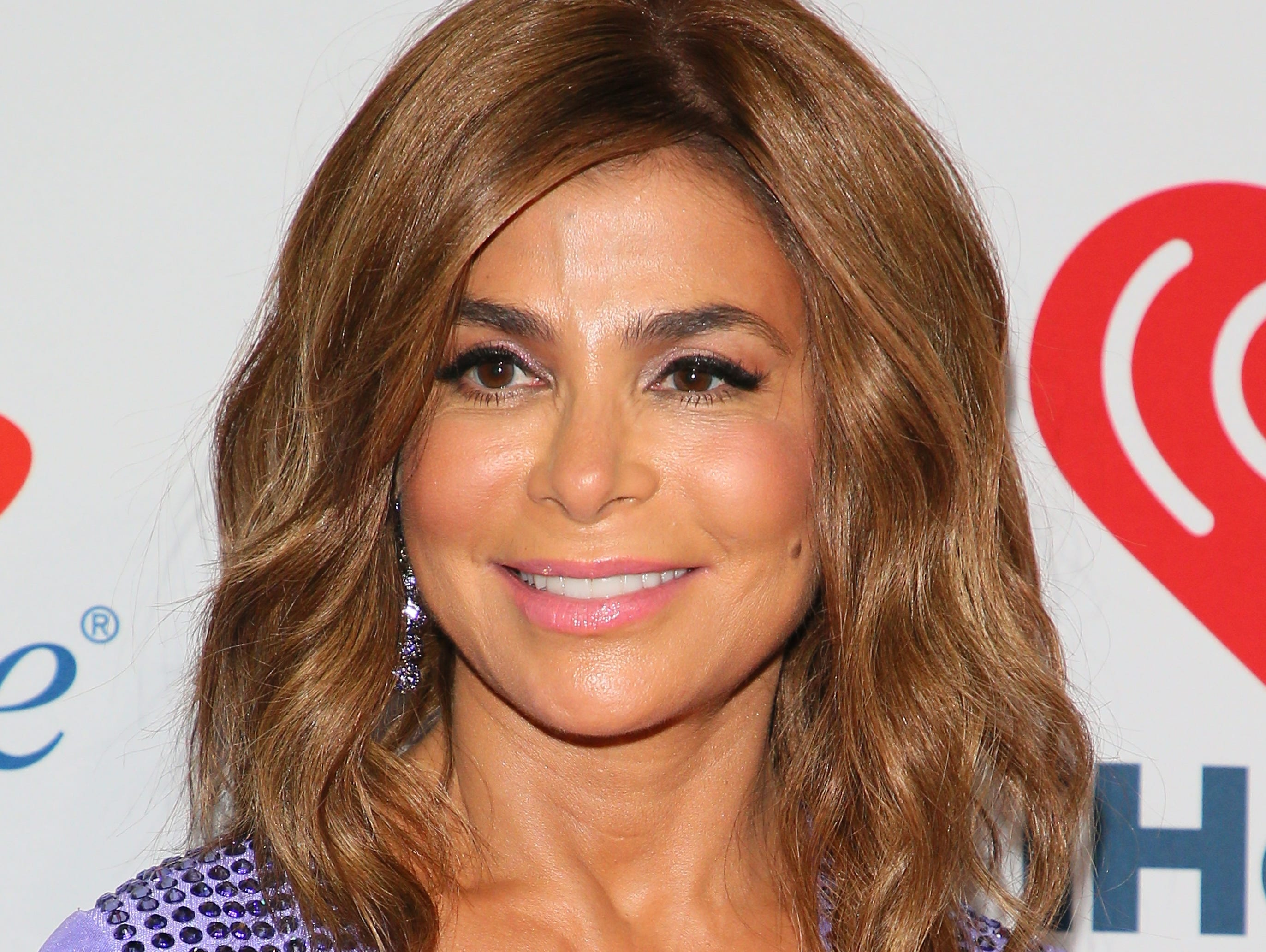Paula Abdul falls off stage into the crowd at Mississippi concert