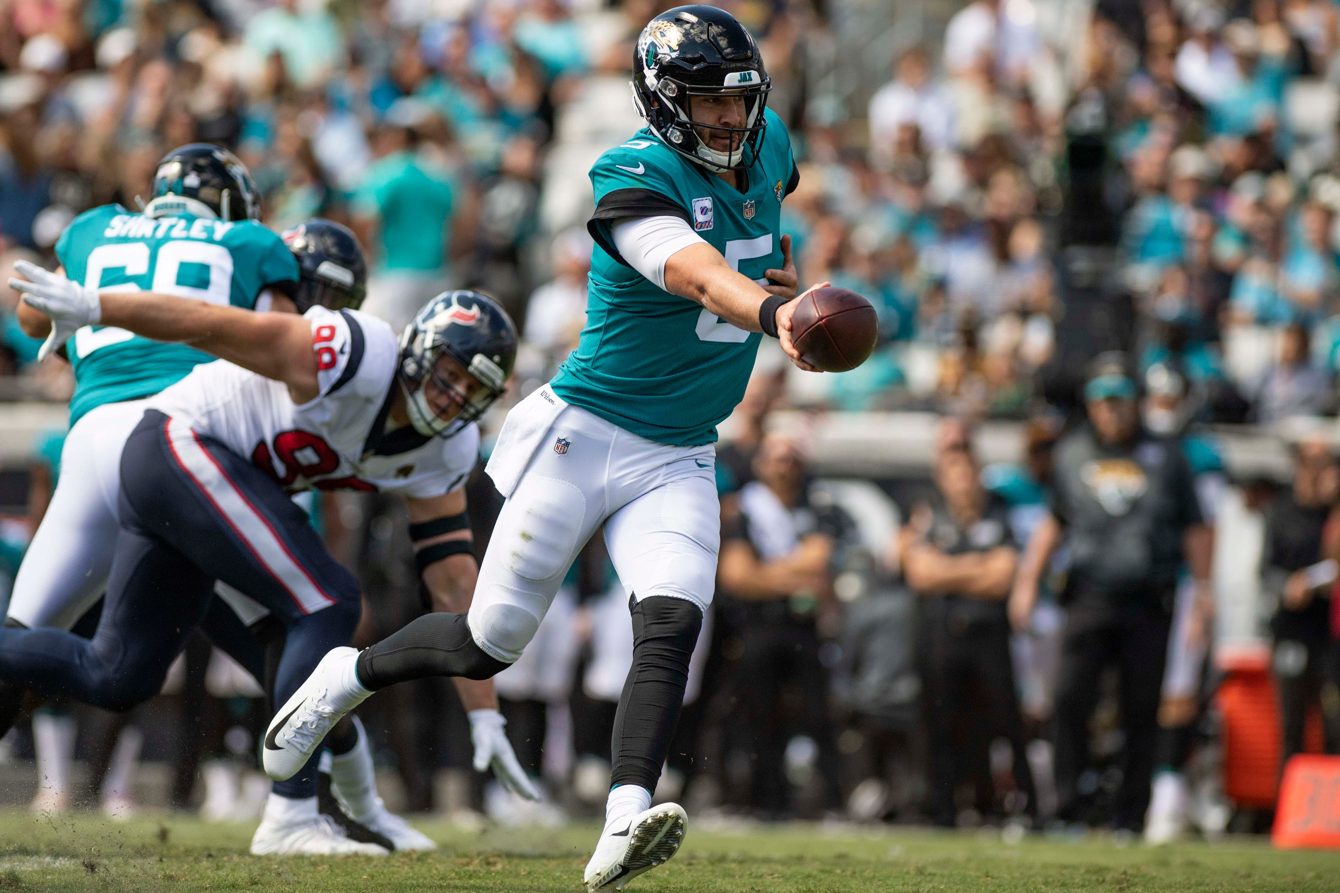 b86c6b0d928 Jacksonville Jaguars quarterback Blake Bortles (5) looks to hand off the  ball during the