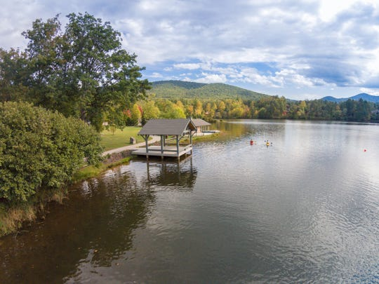 Idyllic views, water recreation, leisurely strolls along the shoreline, extra privacy, gorgeous custom houses — lakeside living offers a number of distinct advantages.
