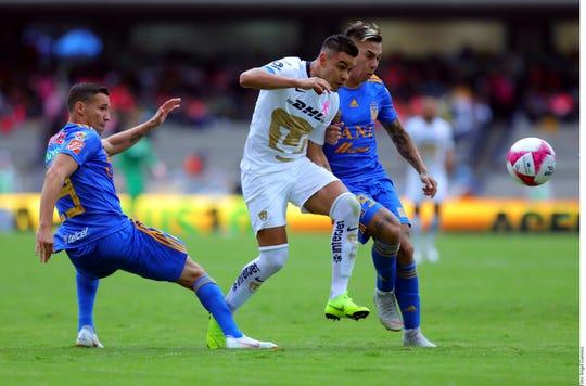 """El atacante de los de la UANL, Rafael Durán (izq.), acerca de su primer gol: """"Estoy muy feliz, muy contento, es un sentimiento único, un sentimiento que imaginé muchas veces, pero hasta hoy que me tocó vivirlo, puedo decir que es algo muy bonito."""""""