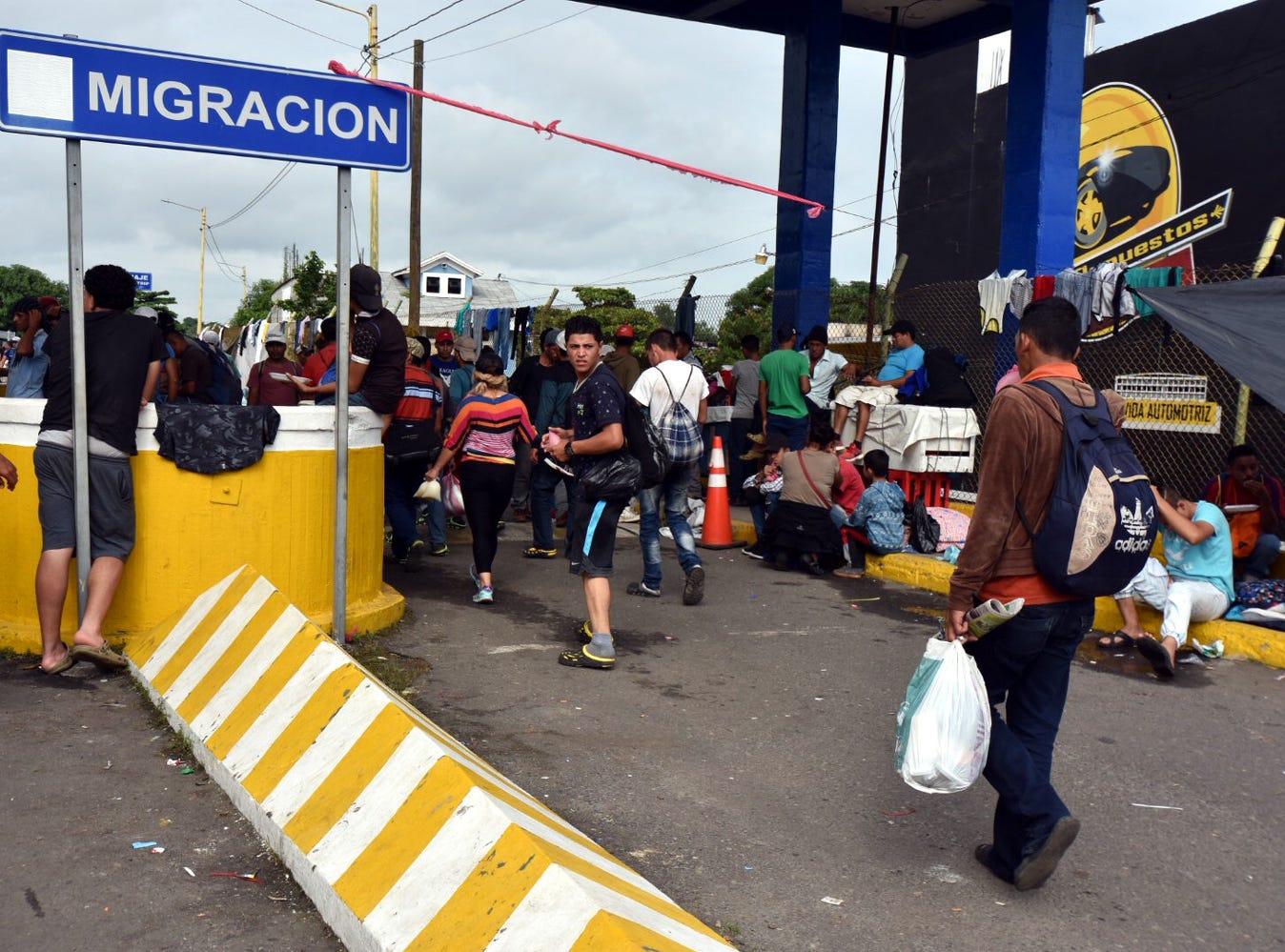 El Gobierno de México reinició  el ingreso ordenado de integrantes de la caravana de hondureños que permanece contenida sobre el Puente Internacional Rodolfo Robles.