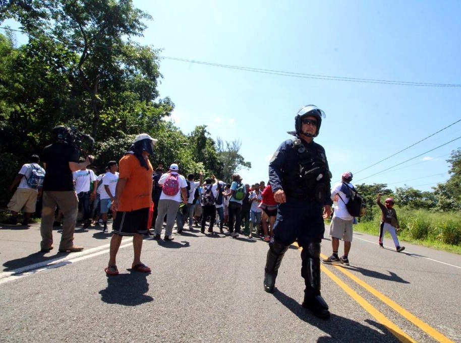 El contingente de unas cinco mil personas pertenecientes a la caravana migrante avanza sobre la carretera de Suchiate a Tapachula, Chiapas, para llegar a este último municipio, la primer ciudad importante en el sur del País.