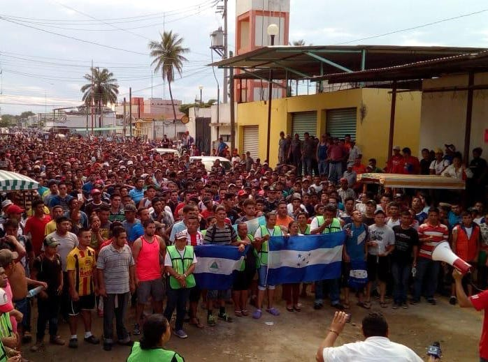 El grupo de centroamericanos dentro de territorio mexicano instaron a otros integrantes de la Caravana Migrante a cruzar por el río Suchiate.
