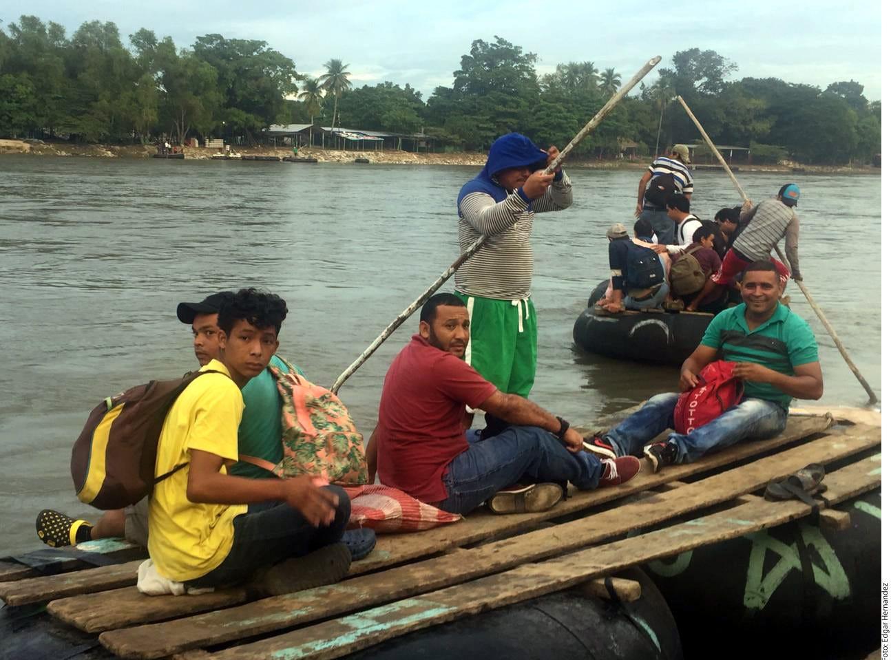 Algunos miembros de la Caminata Migrante madrugaron este sábado para cruzar a México por el Río Suchiate.