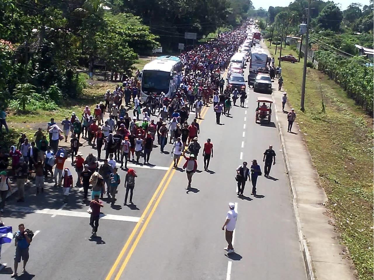 Mientras los migrantes avanzan, el cerco policial retrocede. Un helicóptero de la Policía Federal sobrevuelan la carretera de Suchiate a Tapachula, en Chiapas.