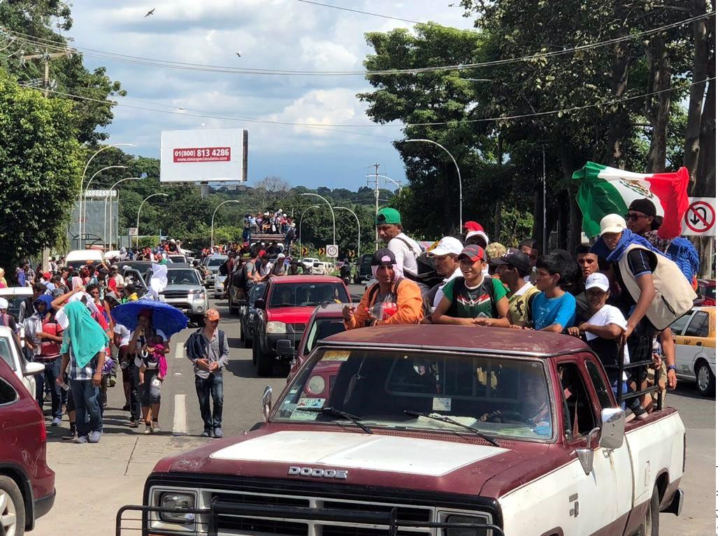 Miles de integrantes de la caravana, donde ya no sólo hay hondureños, sino también salvadoreños, guatemaltecos y nicaragüenses, descansaban en los parques Miguel Hidalgo y Bicentenario de esta ciudad.