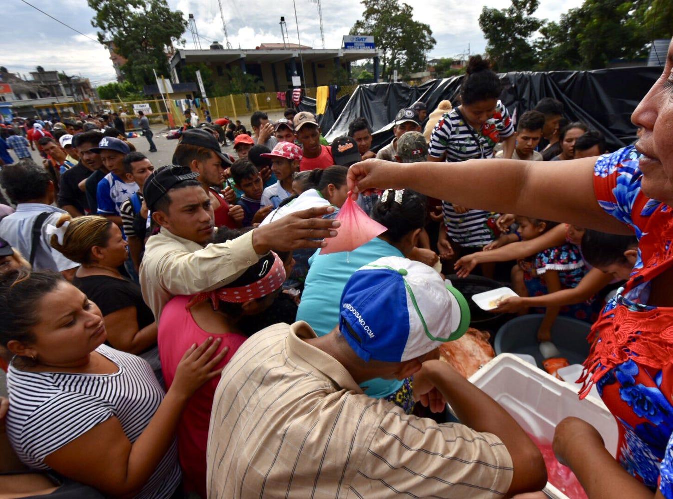 En el curso del día, personal del Instituto Nacional de Migración permitió el paso escalonado de grupos de 40 integrantes de la caravana, dando prioridad a mujeres con sus hijos y menores no acompañados.