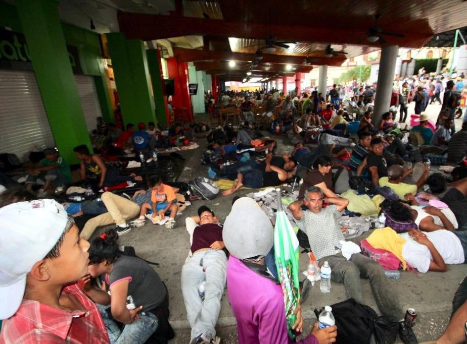 Miles de migrantes centroamericanos ya descansan en calles de Tapachula.