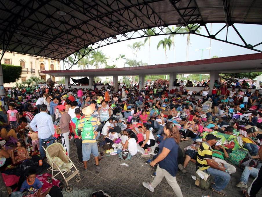 Migrantes hondureños que integran la caravana tomaron un descanso en el Jardín Hidalgo, de Tapachula, Chiapas, antes de continuar sus actividades.