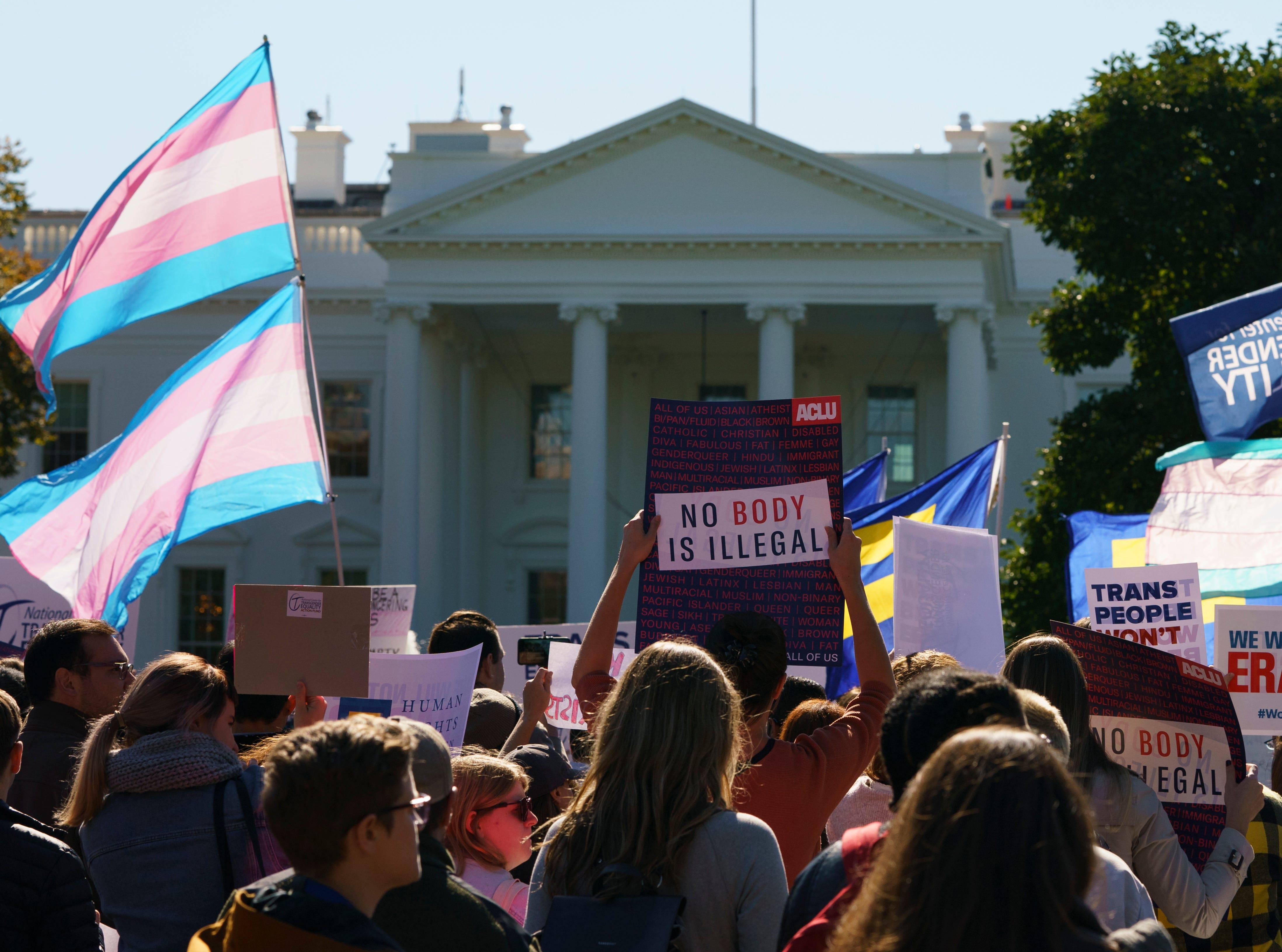 El Centro Nacional para la Igualdad Transgénera (NCTE, por sus siglas en inglés) y la Campaña por los Derechos Humanos se reúnen en la Avenida Pennsylvania en frente de la Casa Blanca en Washington, el lunes 22 de octubre de 2018, para una manifestación #WontBeErased.