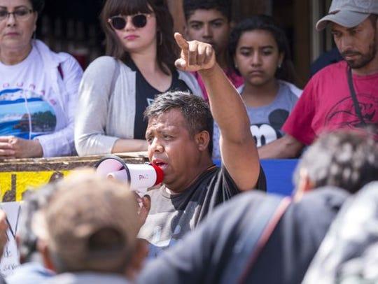 El activista Irineo Mujica habla a los medios de comunicación sobre el cruce de un grupo de caravanas de migrantes centroamericanos