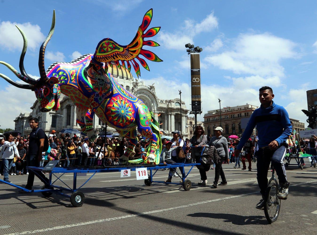 Creaciones únicas. La caravana pasó por sitios emblemáticos de la Capital, como Bellas Artes.  Las figuras permanecerán exhibidas en Reforma.