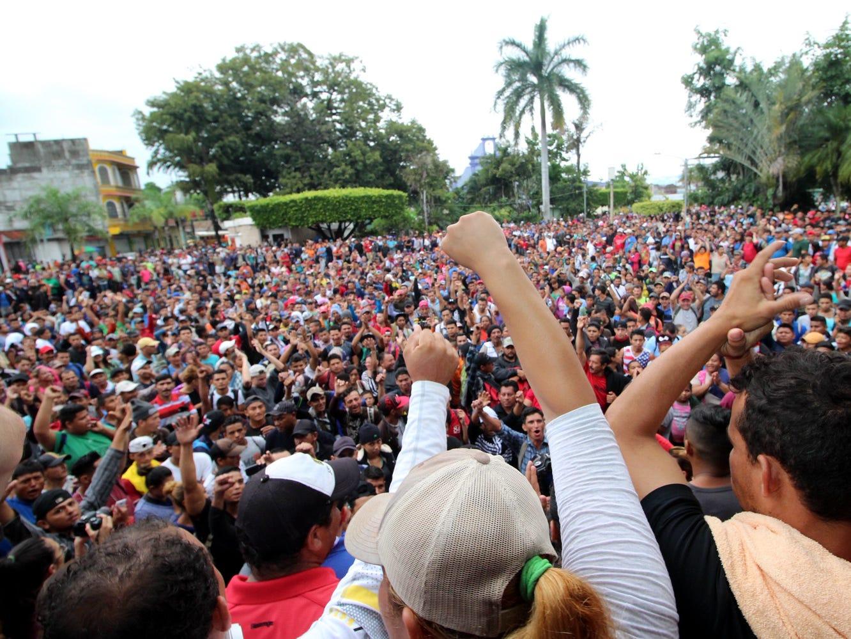 Los organizadores fijaron el medio día para enfilarse del parque de esta localidad, donde pasaron tres días en espera de toda la caravana, hacia el puente internacional entre México y Guatemala.