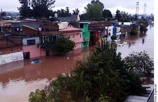 En Morelia, Michoacán, ya se reportan inundaciones en al menos 20 colonias, siendo la más afectada Jacarandas, donde el nivel del agua alcanza un metro y reportan vehículos varados.