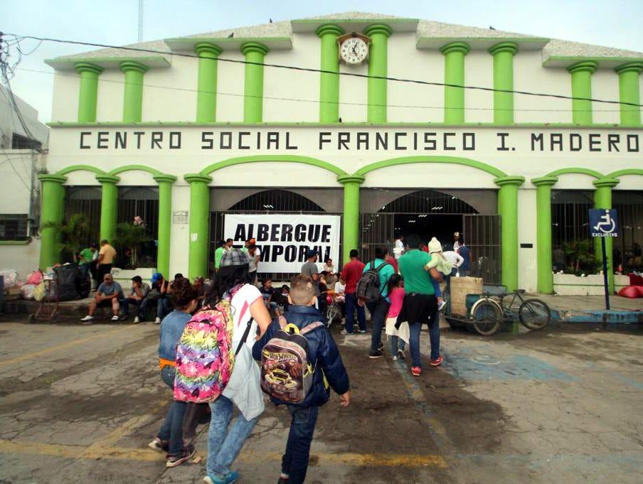 Los centroamericanos tratan de organizarse para ingresar a México realizando listas y filas sobre el Puente Internacional Rodolfo Robles.