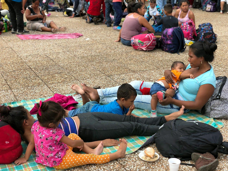 Los organizadores fijaron el medio día para enfilarse del parque de esta localidad, donde pasaron tres días en espera de toda la caravana, hacia el puente internacional entre México y Guatemala. Al frente de la caravana, mujeres y niños.