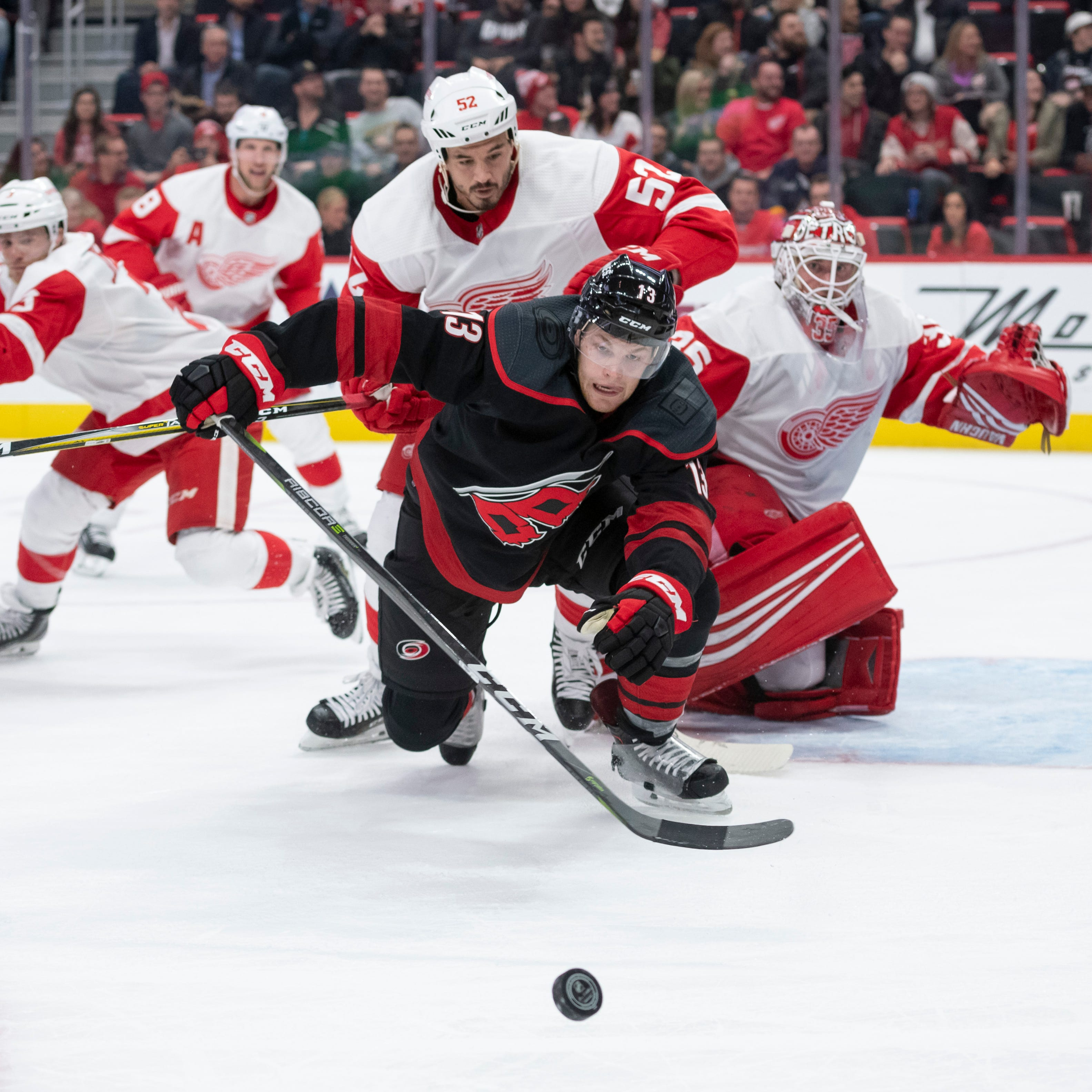 Hurricanes hold on late to defeat Red Wings