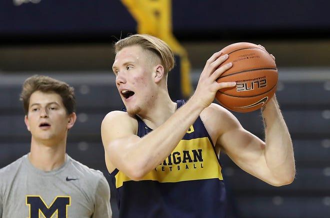 "Michigan freshman forward Ignas Brazdeikis, right, is ""a pit bull,"" says teammate Zavier Simpson."