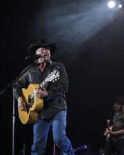 Tracy Lawrence returns to Lafayette Thursday for An Intimate Acoustic Storytellers Evening.