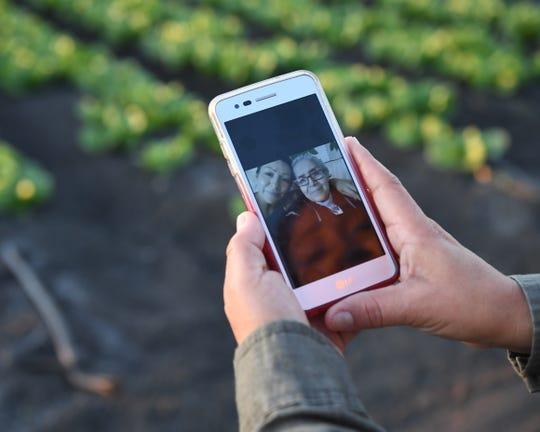 Después de más de 15 años de estar separadas, María Ramírez pudo por fin viajar de vuelta a su pueblo natal en México para reunirse con su madre. Ella no tiene ninguna foto con su madre, excepto las autofotos que tomó en su teléfono celular.